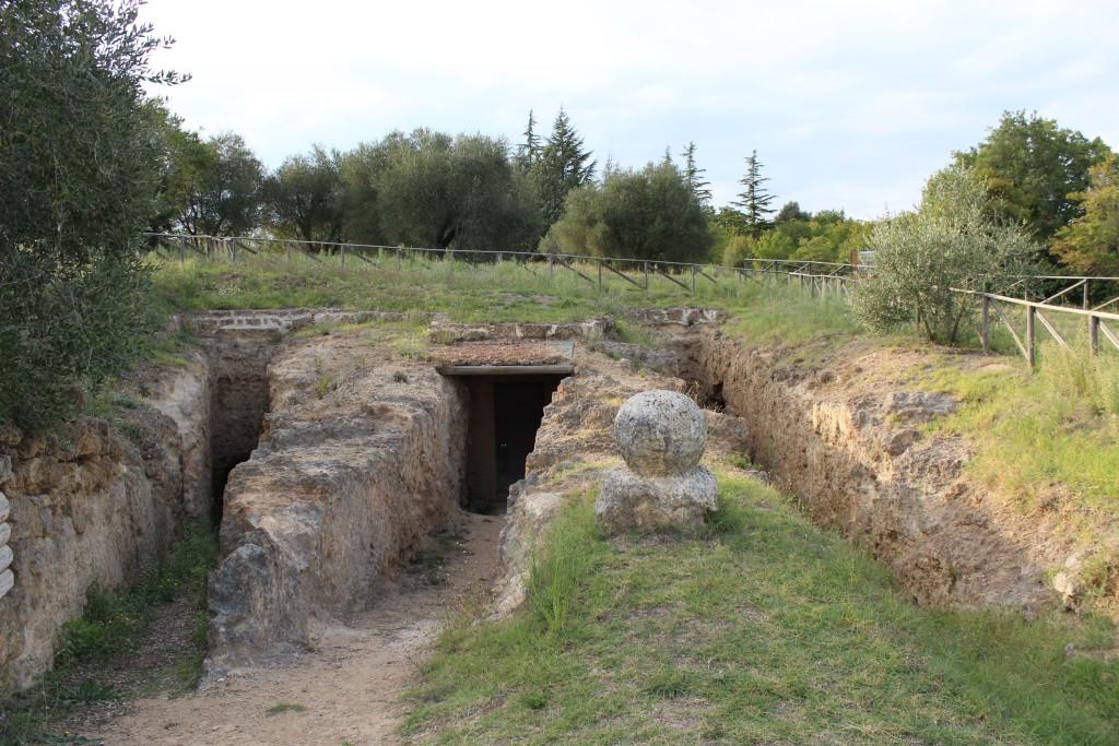 Sisäänkäynti hautoihin. Keskellä La tomba della quadriga infernale