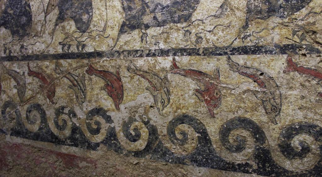 Demonimaalauksen alafriisiin on kuvattu delfiinejä.