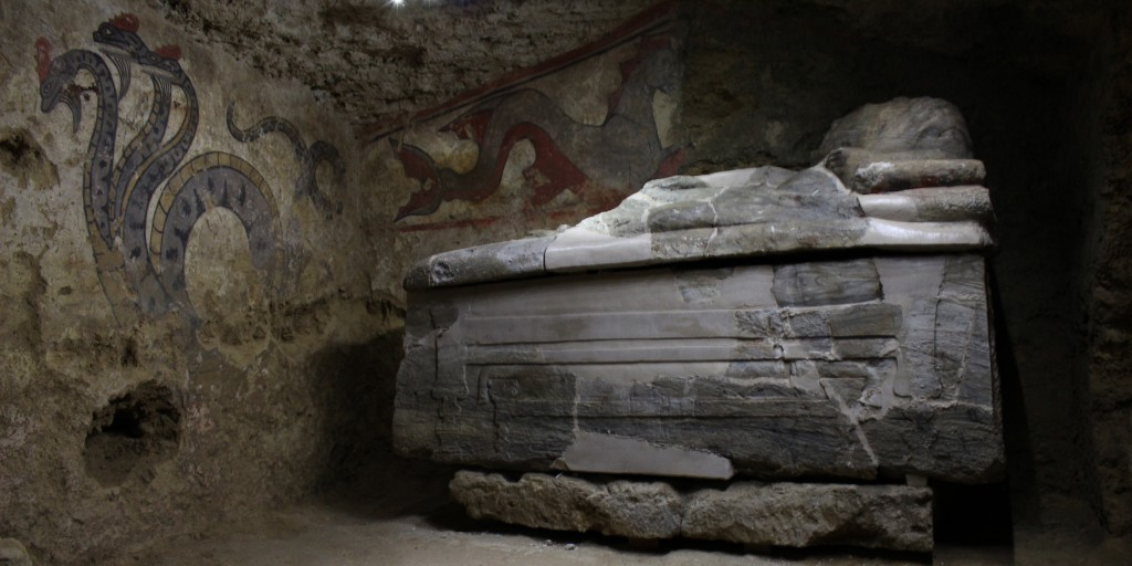 Sarkofagi ja seinällä kolmipäinen käärme ja hippokamppi