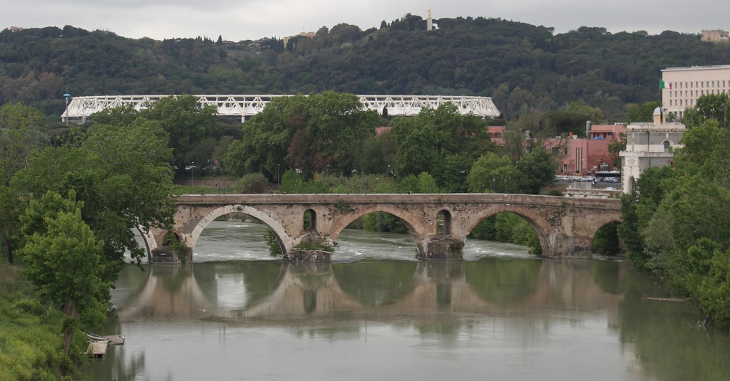 Ponte Milvio nähtynä Ponte Flaminiolta. Taustalla valkoinen rakenne on olympiastadion ja sen oikealla puolella sisäministeriön kolossi.