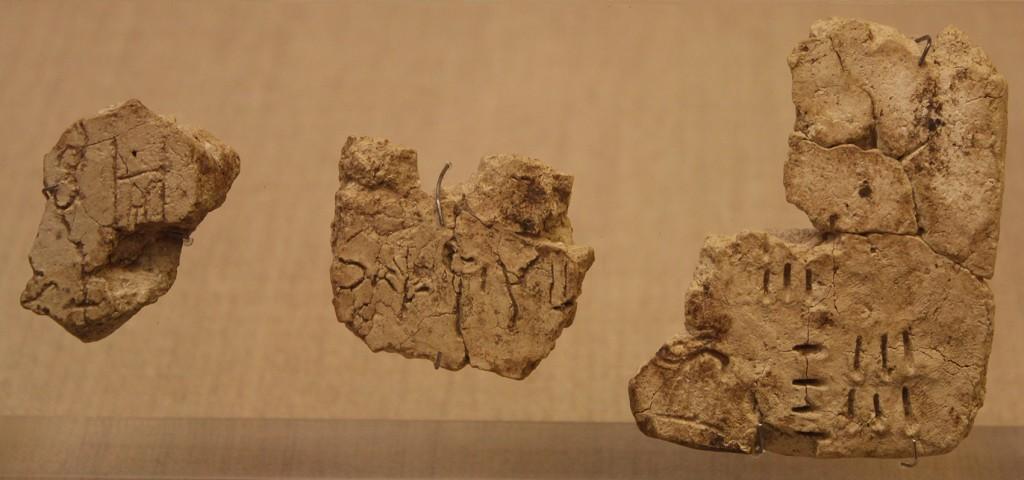 Lineaari-A-kirjoituksella kirjoitettujen savitaulujen palasia. Esihistoriallisen Theran museo