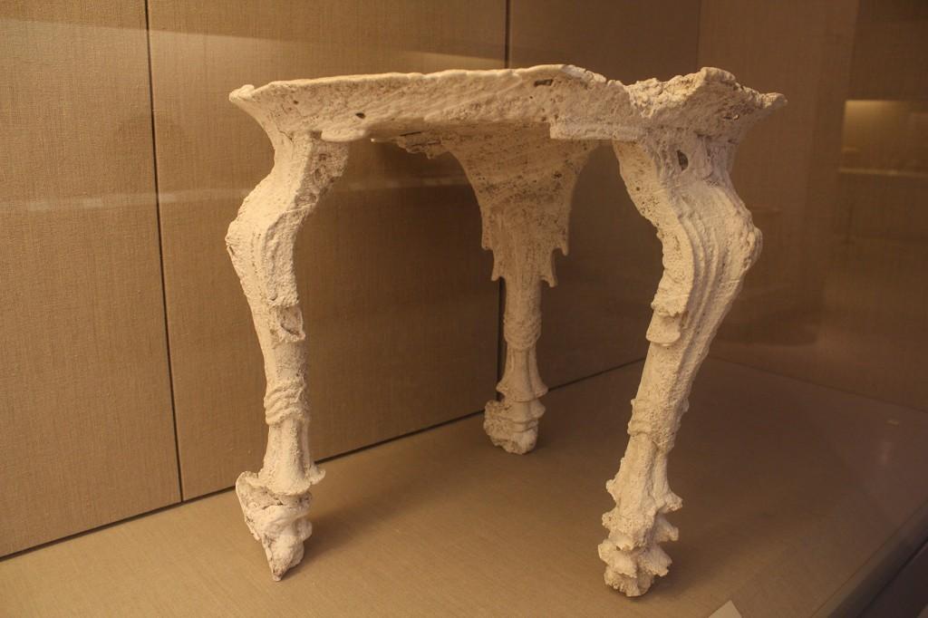 Kipsivalu muinaisesta pöydästä. Thiran esihistoriallinen museo
