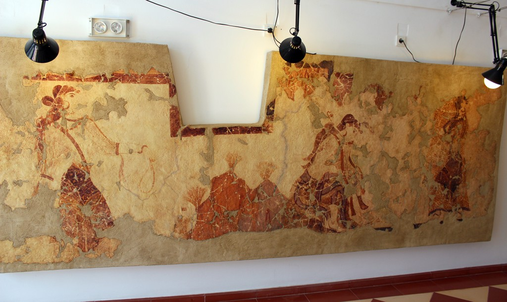 Sahraminkerääjät-freskon jäljennös Santozeumissa. Amatöörimäisesti asennetut lamput hieman häiritsevät. Alkuperäinen Sahraminkerääjät-fresko ei ole esillä museoissa.