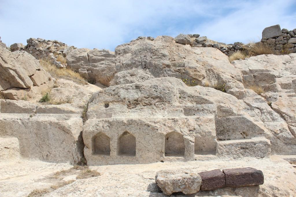 Egyptiläisten jumalien temppelistä on säilynyt lähinnä kallioon kaiverretut tasot, joille voitiin asettaa lahjaesineitä ja kulttipatsaita.