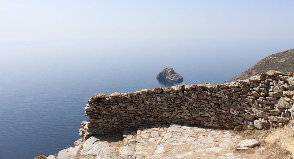 Näkymä merelle Chorasta luostarille johtavalta polulta