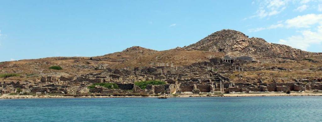 Deloksen muinainen kaupunki mereltä nähtynä