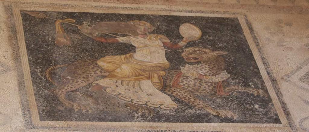 Leopardilla ratsastava siivekäs Dionysos Naamioiden talossa