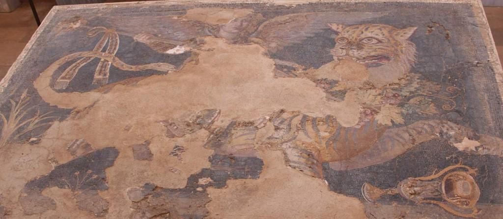 Tiikerillä ratsastava siivekäs Dionysos ns. Dionysoksen talosta museoon siirretty mosaiikki