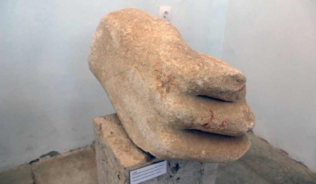 Kolossin käsi Deloksen museossa
