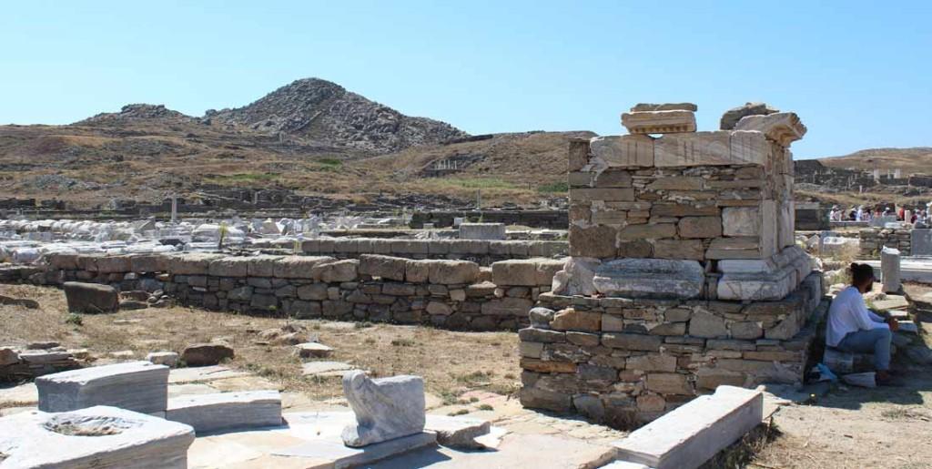Pyhättöalueen raunioita ja Kynthnos-vuori taustalla