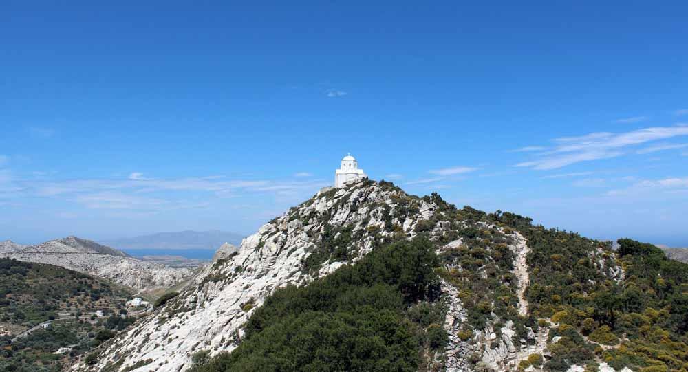 Kirkko vuoren huipulla Naksoksella