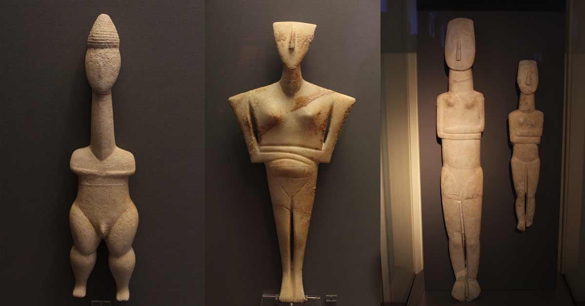 Kuvassa vasemmalla varhainen ns. Plastiras-tyypin idoli, joka esittää miespuolista metsästäjää, 3200–2800 eKr. Tämä oli ensimmäinen idolityyppi, jossa pyrittiin ihmiskehon luonnolliseen esittämiseen. Pelkistämisen aste ei kohonnut vielä samalle tasolle kuin myöhemmässä vaiheessa. Keskellä varsin harteikkaana esitetty naishahmo, jonka vatsa on esitetty hieman paisuneena, oletettavasti raskauden merkkinä. Oikealla korkein löydetty idolipatsas, luonnollista 1,52 metrin kokoa oleva naisidoli, joka edustaa yleistä Spedos-tyyppiä. Löydetty Amorgokselta. 2800–2300 eKr.