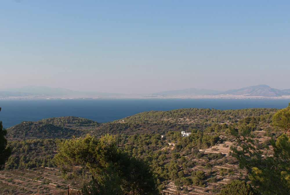Näkymä temppeliltä merelle. Taustalla siintää Ateena.