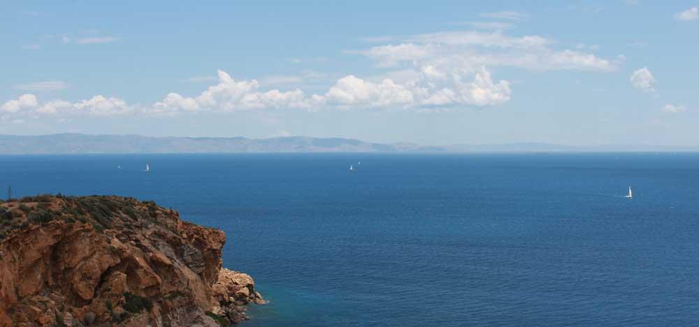 Egeanmeri ja purjeveneitä