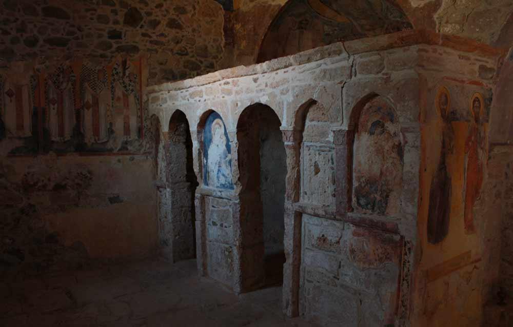 Agios Georgios Katholikoksen kirkossa apsis on sijoitettu harvinaisella tavalla kirkon päädyn sijasta rakennuksen toiselle reunalle.