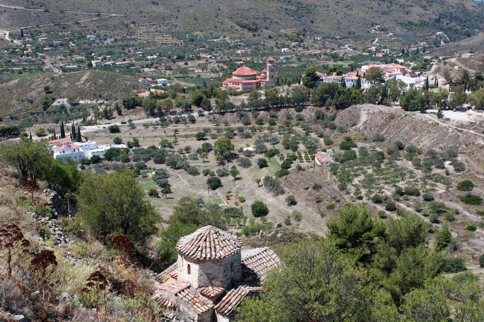 Kuva Paleohoran rinteestä alas laaksoon. Punakattoinen Nektarioksen luostari näkyy taustalla alhaalla laaksossa.