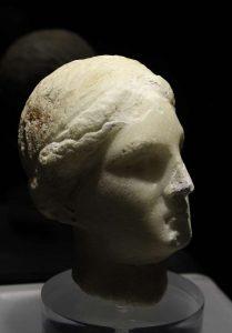 Marmorinen Afroditen pää 300-luvun lopusta eKr., Polo Museale Antonio Cordici, Erice