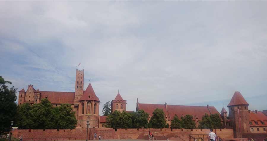 Linna samasta suunnasta kuin vuoden 1945 kuvassa. Vasemmalla kirkon tornissa näkyvä neitsyt Mariaa esittävä reliefi jouduttiin rakentamaan kokonaan uudelleen sen tuhouduttua tykkitulessa.
