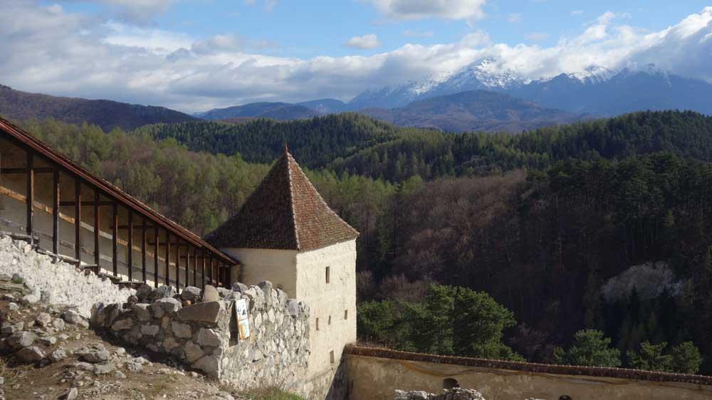 Näkymä Rasnovin linnoitukselta lumihuippuisille Karpaateille