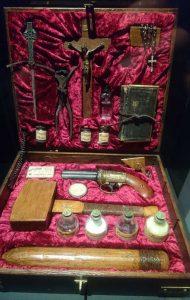 Näillä varusteilla vampyyreista selvitään. Taistelupakkaus vampyyreita vastaan Vapriikin Dracula-näyttelyssä. Välineistö ei ole autenttista vaan keräilykrääsää 1900-luvulta.