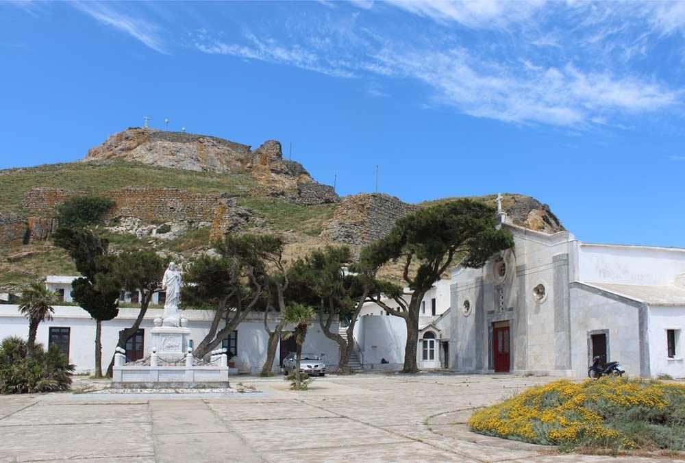 Jeesuksen pyhän sydämen luostari ja taustalla Exomvourgon vuori