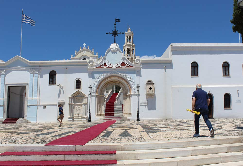 Panagia Evangelistrian kirkko ulkopuolelta. Punainen matto johtaa kirkkoon.