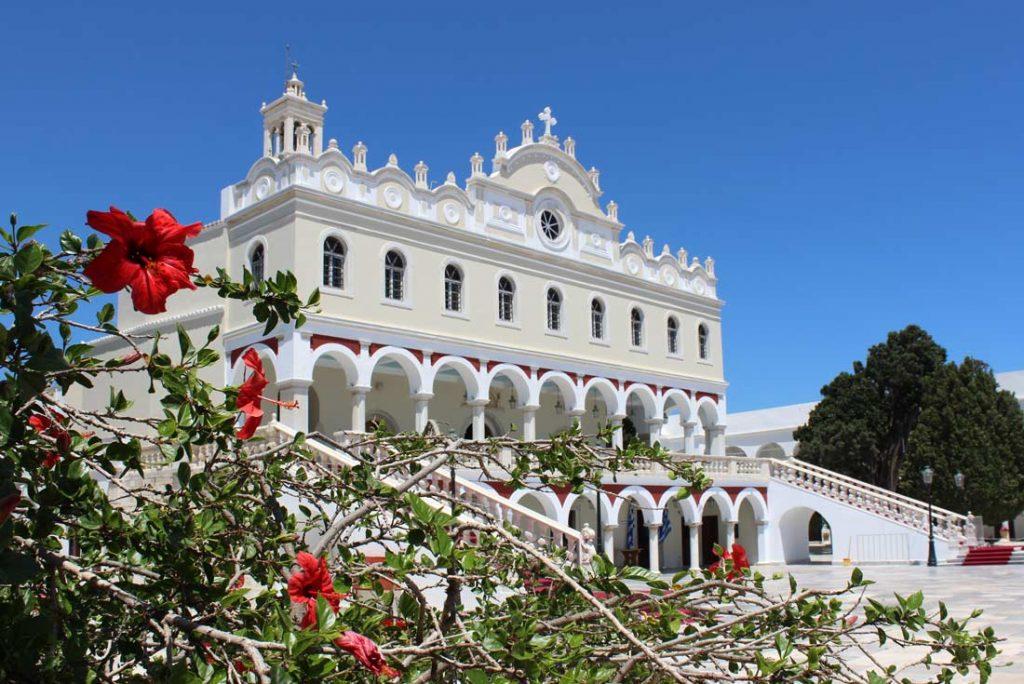 Panagia Evangelistria -kirkon julkisivu ja kukkia etualalla