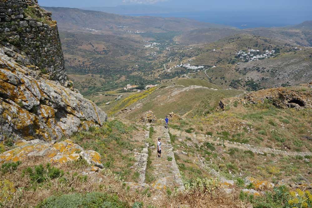 Näkymää ylhäältä vuoren rinteeltä ja polku joka johtaa ylös