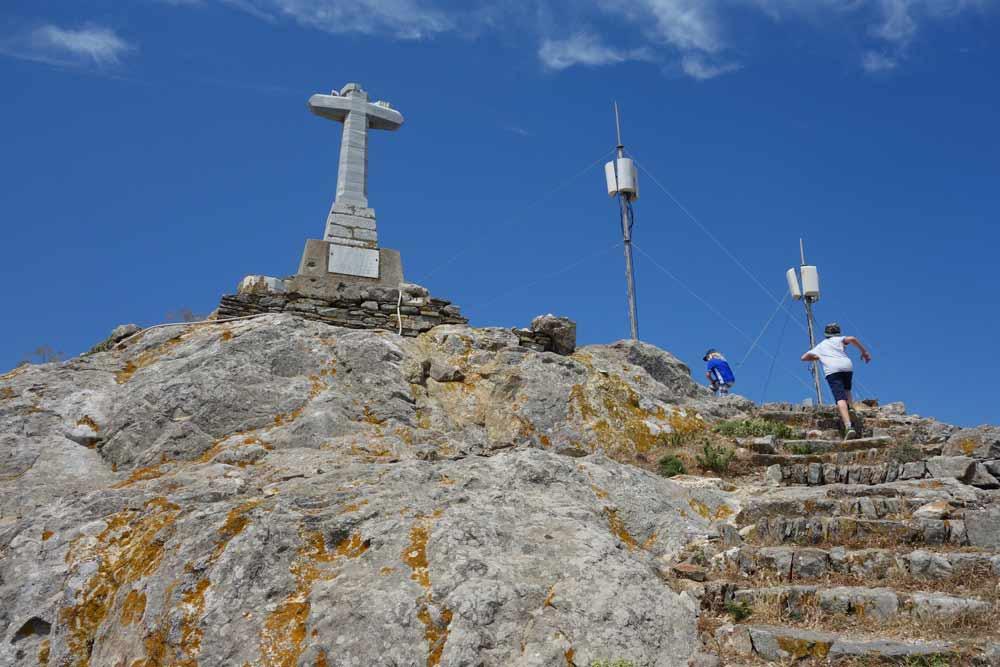 Exomvourgon huippu, jolla kivinen risti ja kaksii linkkitornia