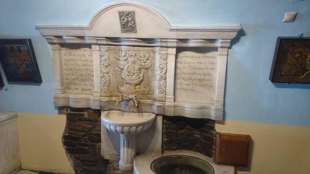 Kaivo, josta voi pullottaa itsellen pyhää vettä