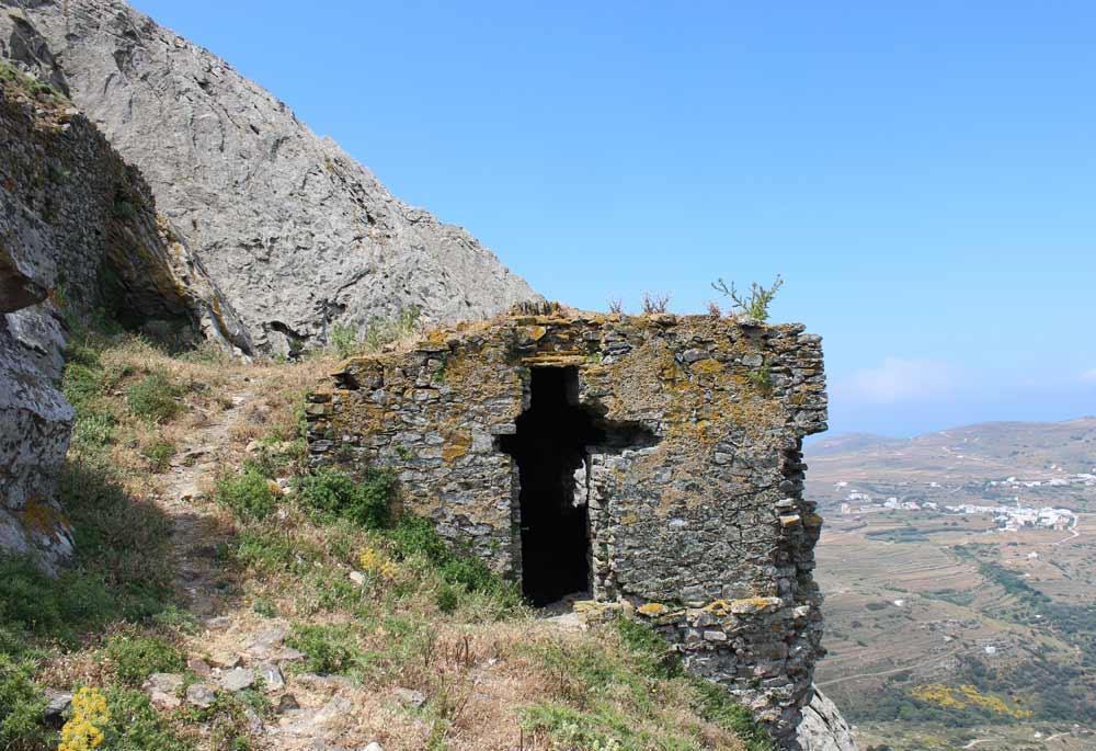 Linnoitusrakenteita vuoren rinteessä