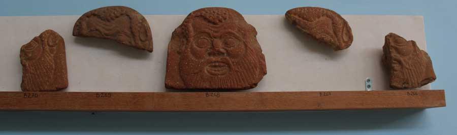 Kattokoristeiden palasia 500-luvulta eKr. Nämä on löydetty Exomvourgon luota. Tinoksen arkeologinen museo.