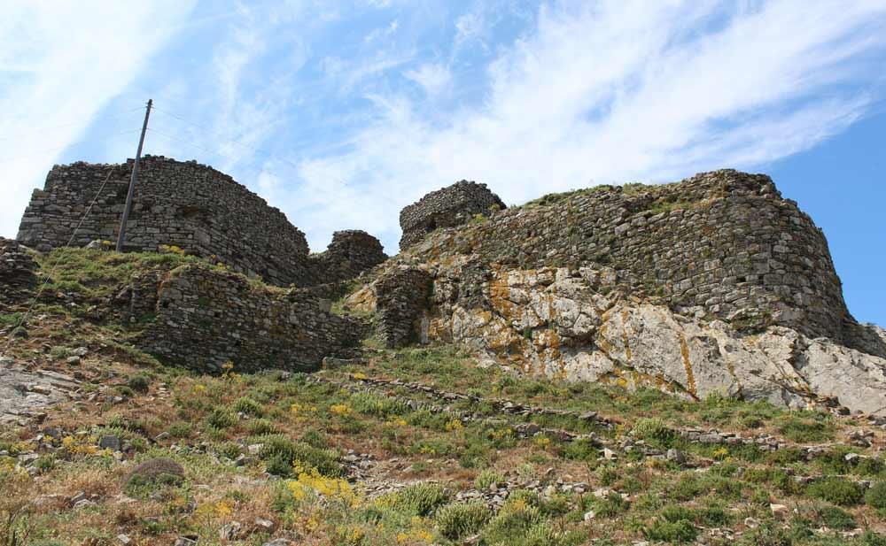 Exomvourgon linnoituksen muurien raunioita