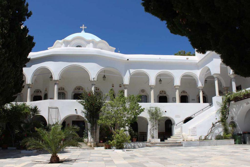 Kirkon sisäpihaa ja majoitusrakennus