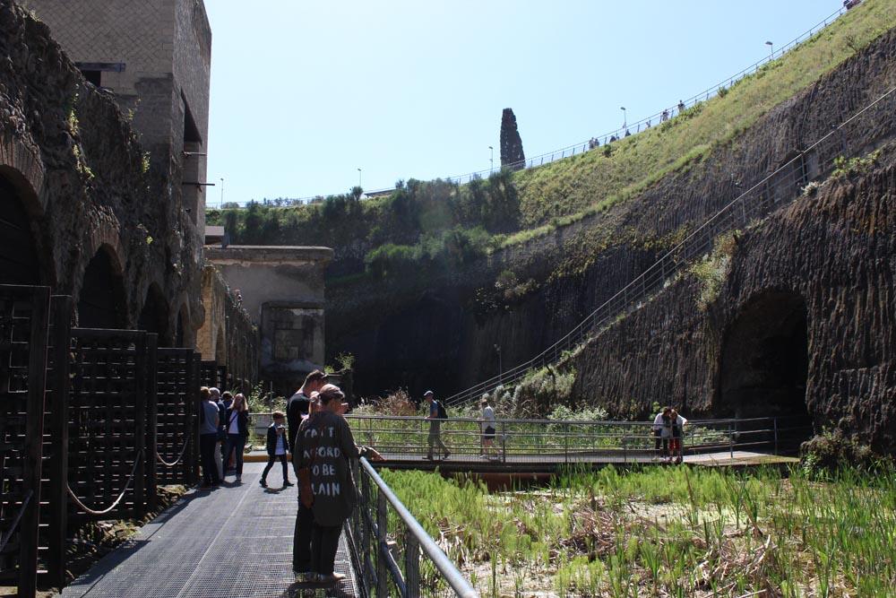Kuva Herculaneumin satamasta ja kaivausalueen vallista.