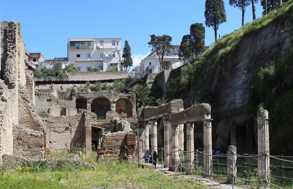 Herculaneumia ja ylhäällä taustalla modernia kaupunkia.