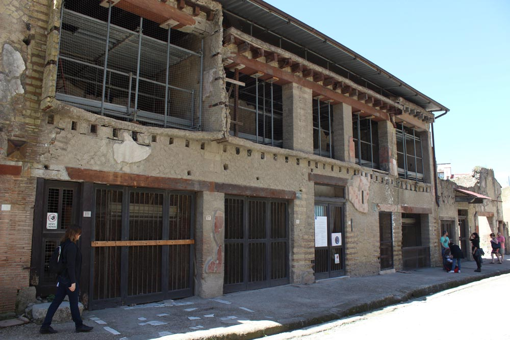 Kaksikerroksinen rakennus Herculaneumissa.