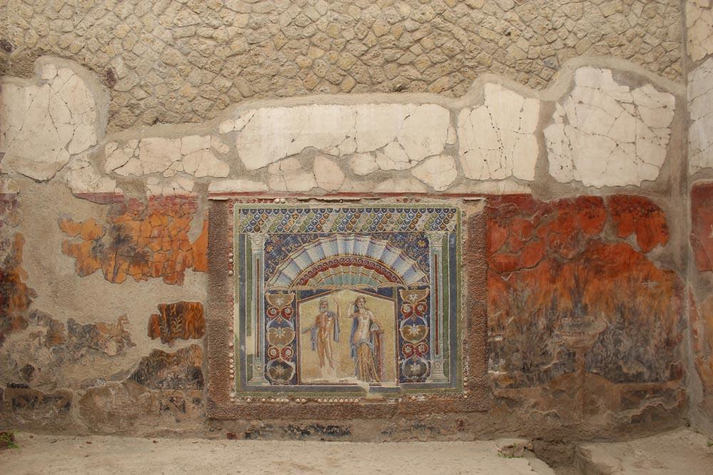 Kuva huoneesta, jonka seinällä on värikäs mosaiikki.