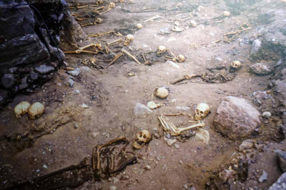 Valokuva arkeologisesta kaivauksesta, jossa tutkittiin vanhoja hautoja.