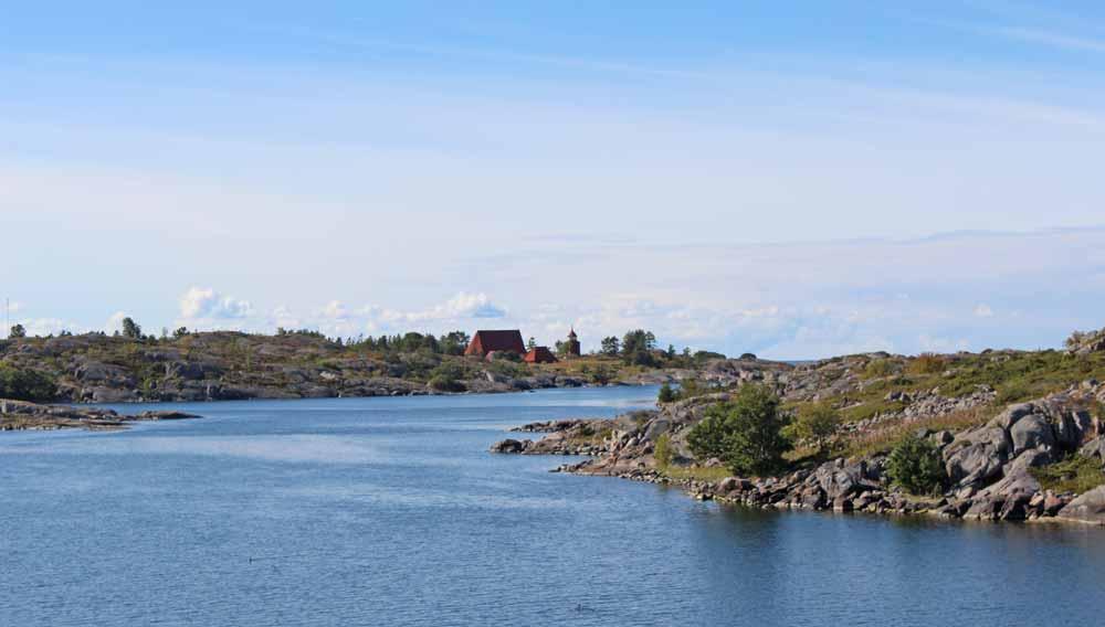 Merimaisema. Taustalla näkyy saari, jolla Kökarin kirkko sijaitsee.