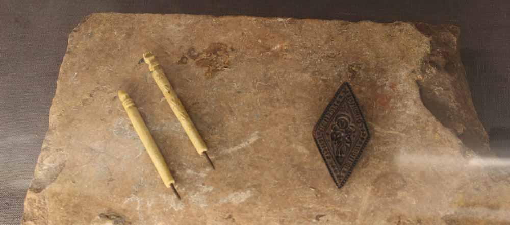 Keskiaikaisten kynien ja luostarin sinetin kopiot.
