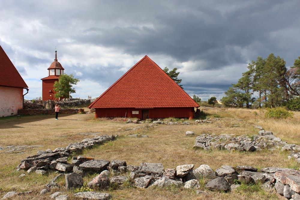 Etualalla luostarin ruokalan kiviset perustukset ja taustalla Franciscuskappeli, joka on rakennettu luostarin kellarin raunioiden suojaksi.