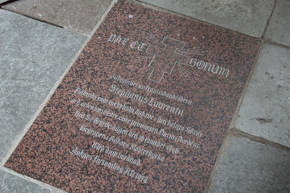 Stephanus Laurentiin muistolaatta kirkon lattiassa.