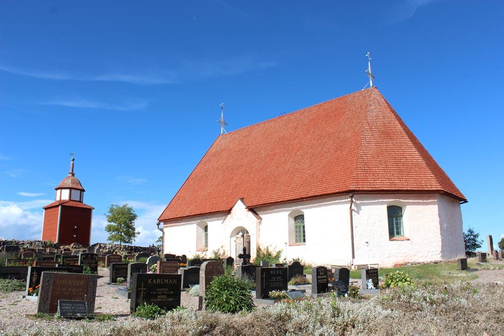 Kökarin kirkko ja etualalla hautausmaa.