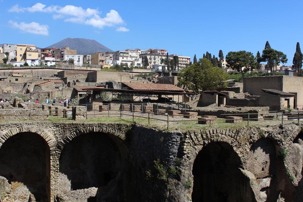 Yleiskuva Herculaneumista, taustalla Vesuvius.