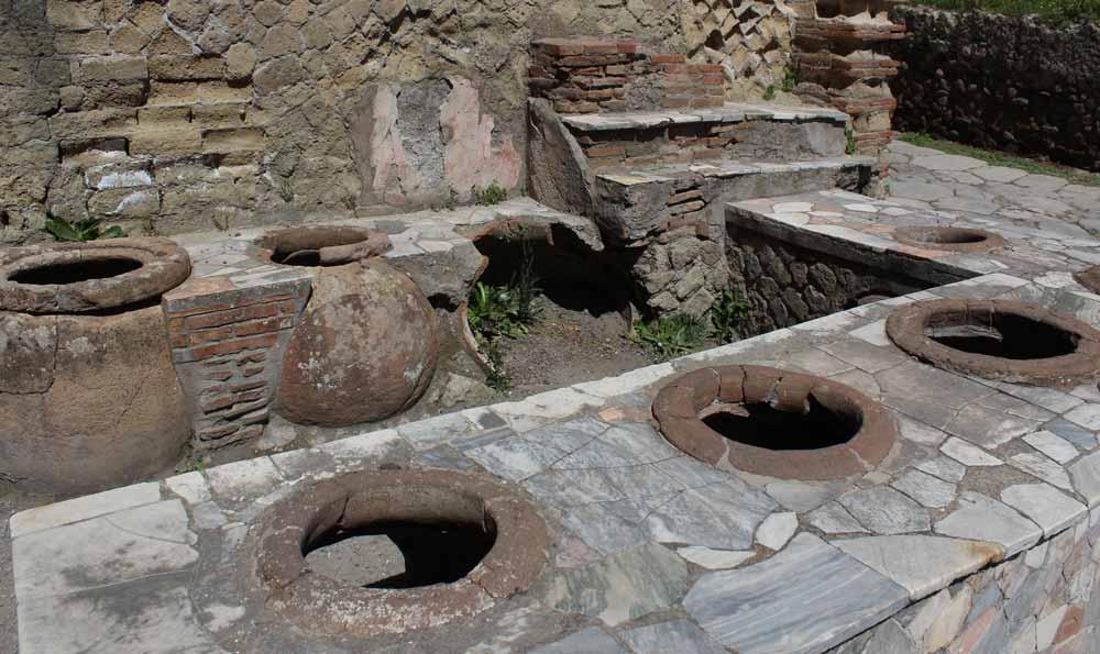 Antiikin aikainen elintarvikemyymälä. Ruukkuja ja säilytyskoloja.