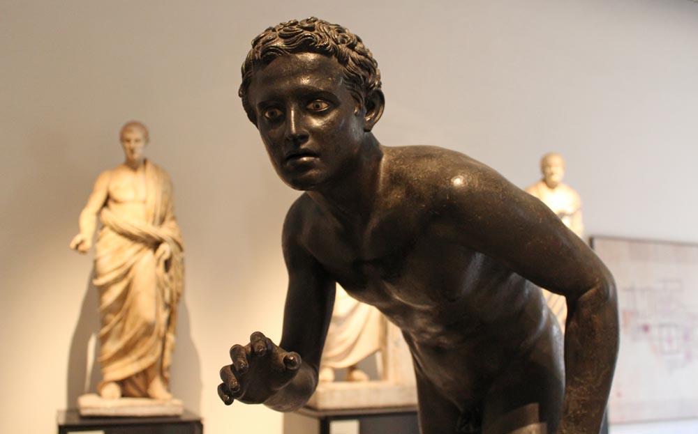 Atleettia esittävä patsas Villa dei papirista.