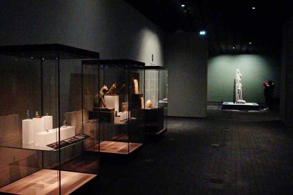 Kuva näyttelytilasta, jossa ei näkyy vain kaksi ihmistä kaukana.