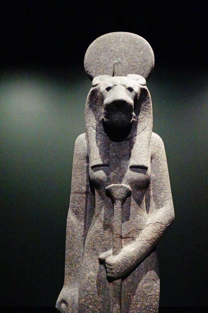 Iso Sekhmet-jumalattaren patsas.