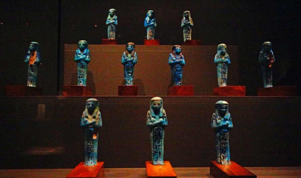 Sinisiä shabti-patsaita.